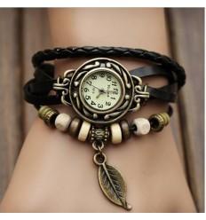 Reloj con abalorios y pulseras negras