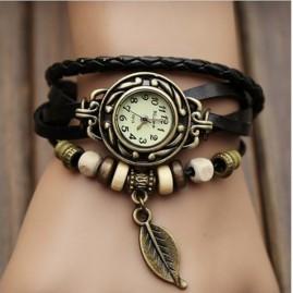 Reloj con pulseras y abalorios