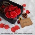 Ramo de rosas rojas con pétalos de jabón